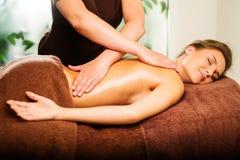 Kvinna som har massage royaltyfri fotografi