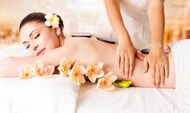 Kvinna som har massage av huvuddelen i brunnsortsalong arkivbilder