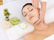 Kvinna som har massage av huvudet i brunnsortsalong Arkivfoto