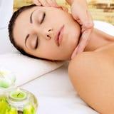 Kvinna som har massage av huvudet i brunnsortsalong Fotografering för Bildbyråer