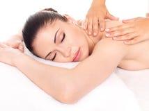 Kvinna som har massage av kroppen i brunnsortsalong arkivbild