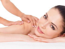 Kvinna som har massage av kroppen i brunnsortsalong royaltyfria bilder