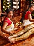 Kvinna som har massage för Ayurvedic fotbrunnsort. Royaltyfri Foto