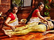 Kvinna som har massage för Ayurvedic fotbrunnsort. royaltyfria bilder