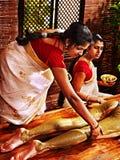 Kvinna som har massage för Ayurvedic fotbrunnsort. Arkivbild