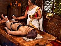 Kvinna som har massage för Ayurvedic fotbrunnsort Arkivbilder