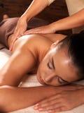 Kvinna som har massage i brunnsortsalongen royaltyfria bilder