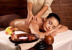 Kvinna som har massage i brunnsortsalongen Arkivbild