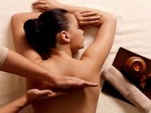 Kvinna som har massage i brunnsortsalongen arkivbilder