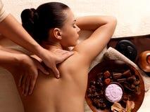 Kvinna som har massage i brunnsortsalongen royaltyfri fotografi