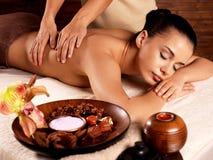 Kvinna som har massage i brunnsortsalongen royaltyfri bild