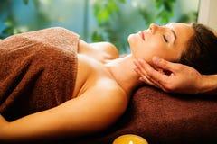 Kvinna som har massage i en brunnsortsalong royaltyfria bilder