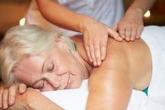 Kvinna som har massage i Spa arkivbilder