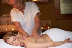 Kvinna som har massage i Spa royaltyfria bilder