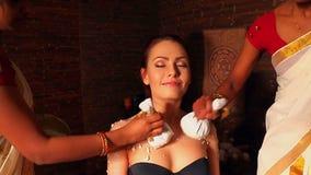 Kvinna som har massage med påsen av ris i brunnsort lager videofilmer