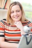 Kvinna som har online-konversation genom att använda webcamen Royaltyfri Fotografi