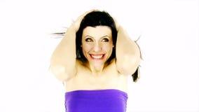 Kvinna som har problem med vind i hår lager videofilmer