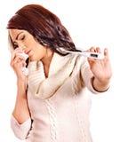 Kvinna som har rökkanalen ta termometern. Fotografering för Bildbyråer