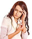 Kvinna som har rökkanalen ta termometern. Arkivfoton