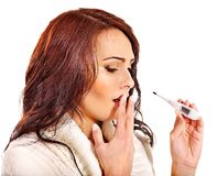 Kvinna som har rökkanalen ta termometern. Arkivfoto