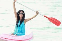 Kvinna som har rolig kayaking Royaltyfria Bilder