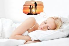 Kvinna som har romantikerdrömmar, medan sova royaltyfria bilder