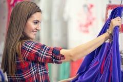 Kvinna som har shopping i boutique royaltyfri fotografi