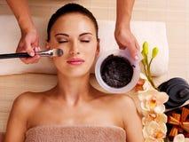 Kvinna som har skönhetbehandlingar i brunnsortsalongen royaltyfri bild