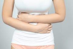 Kvinna som har sm?rtsamt magknip Kronisk gastrit Kvinnor är den menstruations- perioden, att orsaka som är buk-, smärtar royaltyfria foton