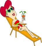 Kvinna som har solbränna Arkivbild