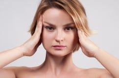 Kvinna som har stark huvudvärkmigrän royaltyfri foto