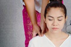 Kvinna som har thailändsk djup massage i brunnsortsalongen, skönhetbrunnsort Co royaltyfria bilder