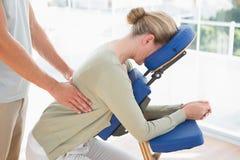 Kvinna som har tillbaka massage royaltyfria foton