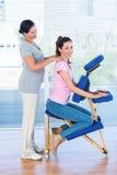 Kvinna som har tillbaka massage arkivfoton