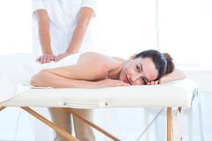 Kvinna som har tillbaka massage royaltyfri foto