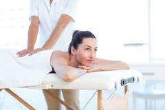 Kvinna som har tillbaka massage fotografering för bildbyråer