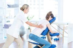 Kvinna som har tillbaka massage royaltyfria bilder