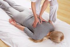 Kvinna som har tillbaka massage från en professionell Royaltyfri Foto