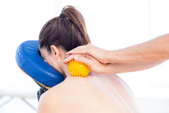 Kvinna som har tillbaka massage med massagebollen arkivbilder
