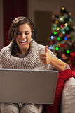 Kvinna som har video pratstund med familjen som är främst av julträd Fotografering för Bildbyråer