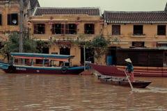 Kvinna som hem går tillbaka i Hoi An, Vietnam. Fotografering för Bildbyråer