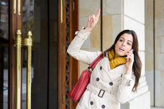Kvinna som hem lämnar för att att gå ska arbeta Royaltyfri Fotografi