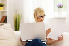 Kvinna som hemma arbetar royaltyfri bild