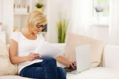 Kvinna som hemma arbetar Arkivbild