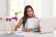 Kvinna som hemma arbetar arkivbilder