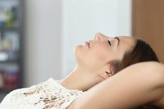 Kvinna som hemma kopplar av och sover på soffan Arkivfoton
