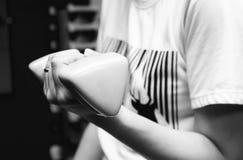 Kvinna som hemma utarbetar med hanteln för innehavgulingskivstång på konditionidrottshall-svart och vit Fotografering för Bildbyråer