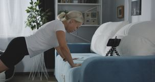 Kvinna som hemma utarbetar lager videofilmer