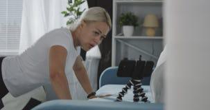 Kvinna som hemma utarbetar stock video