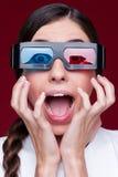 Kvinna som håller ögonen på filmen 3d Royaltyfri Foto